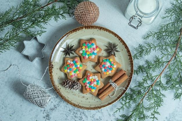 Vista superior de galletas caseras frescas en placa sobre blanco.