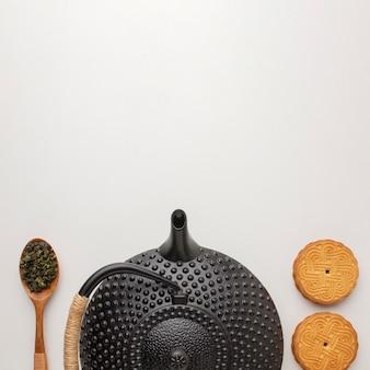 Vista superior de galletas caseras y tetera con espacio de copia