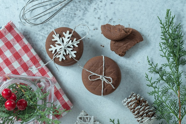 Vista superior de galletas de chocolate caseras frescas.