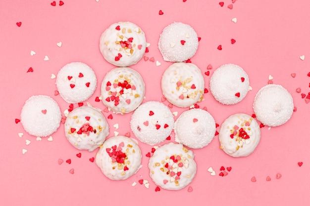 Vista superior de las galletas del día de san valentín con corazones