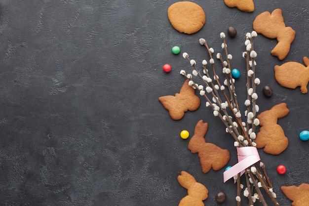 Vista superior de galletas en forma de conejito para pascua con espacio de copia y dulces