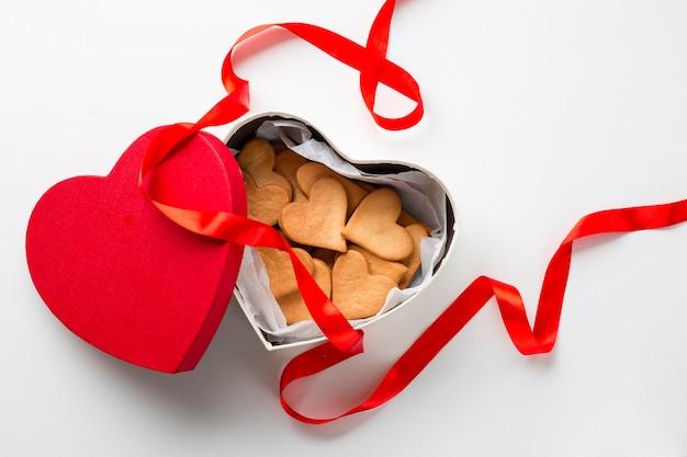 Vista superior de galletas en forma de corazón en caja