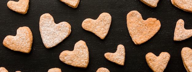 Vista superior de las galletas con forma de corazón del día de san valentín