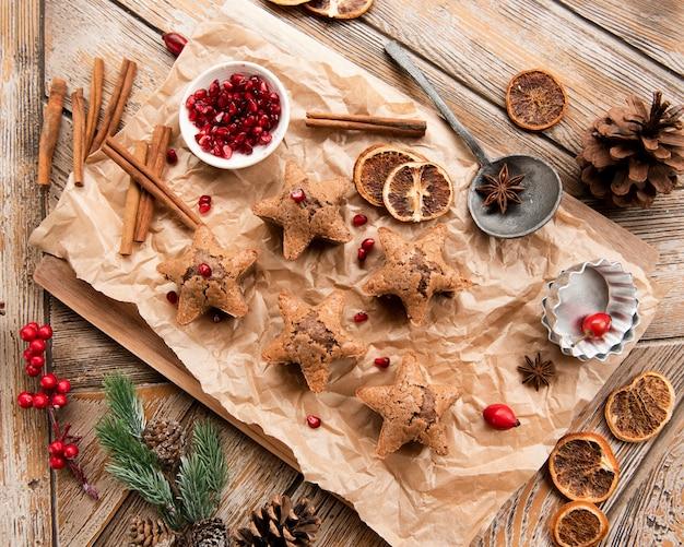 Vista superior de galletas en forma de estrella con granada y canela