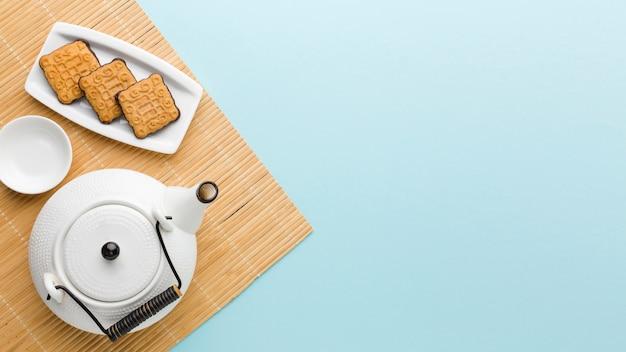Vista superior de galletas frescas y tetera con espacio de copia