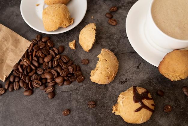 Vista superior de galletas y granos de café