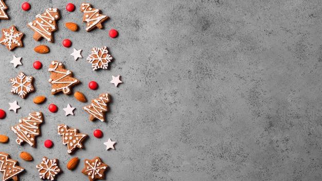 Vista superior de galletas de jengibre con almendras y espacio de copia