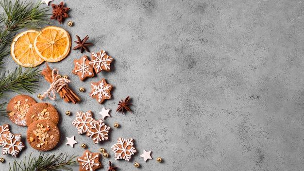Vista superior de galletas de jengibre con cítricos y espacio de copia