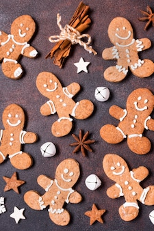 Vista superior de galletas de jengibre con ramas de canela para navidad