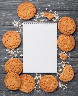Vista superior de galletas y libreta vacía