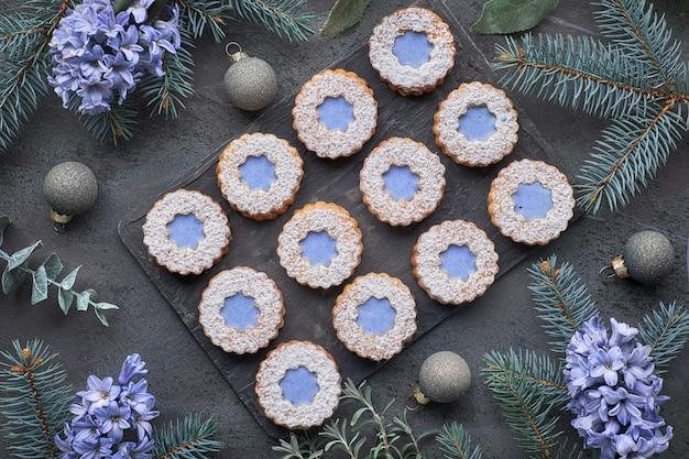 Vista superior de galletas linzer de flores con acristalamiento azul