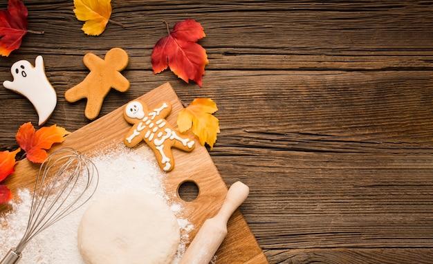 Vista superior de galletas y masa de halloween