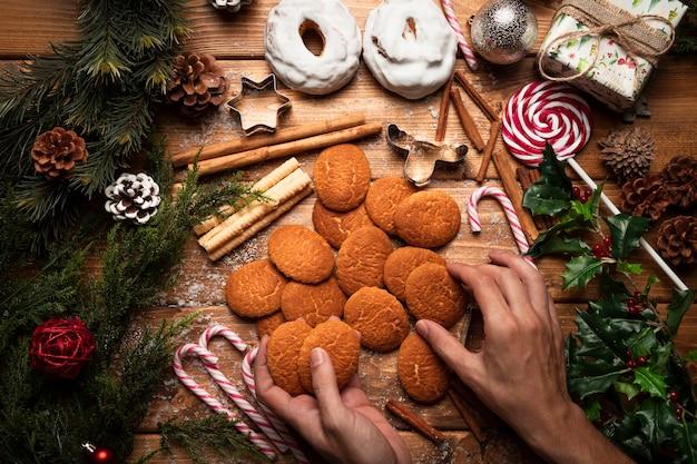 Vista superior de galletas de navidad con fondo de madera