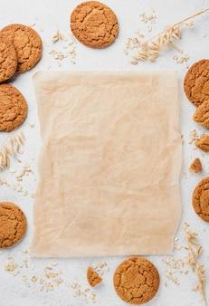 Vista superior de galletas y papel para hornear copia espacio