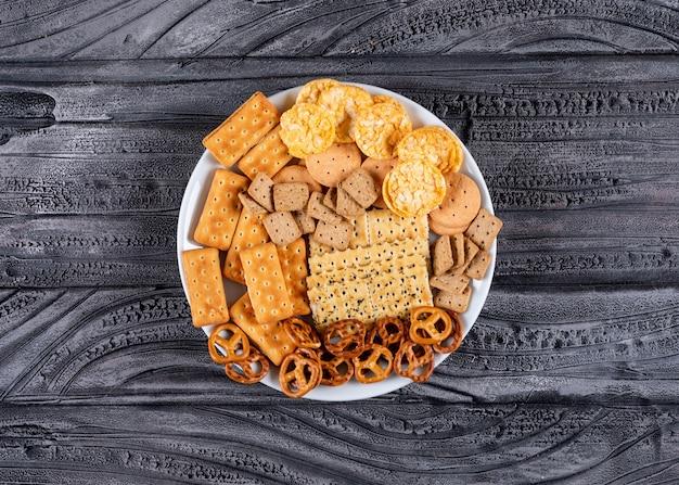 Vista superior galletas en plato blanco sobre piedra gris horizontal