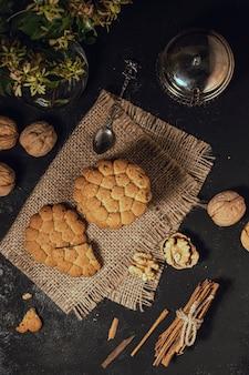 Vista superior de galletas sobre tela de arpillera.