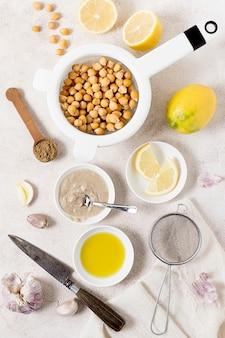 Vista superior de garbanzos con limón y ajo