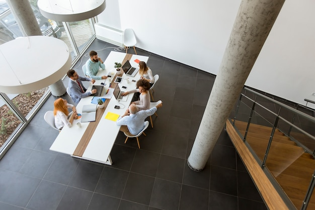 Vista superior en la gente de negocios que trabajan en la oficina