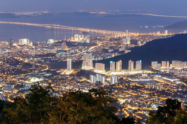 Vista superior de georgetown, capital de la isla de penang, malasia desde la cima de la colina penang.