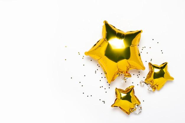 Vista superior de globos dorados en forma de estrella