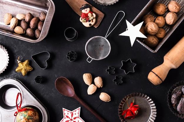 Vista superior golosinas de navidad en mesa negra