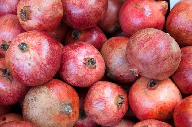 Vista superior de granate maduro. fruta orgánica de la huerta. cosecha en el jardín. comida sana. concepto de alimentación saludable.