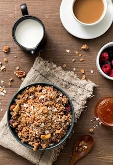 Vista superior de granola casera con leche