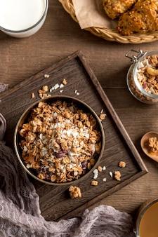 Vista superior de granola casera sobre la mesa