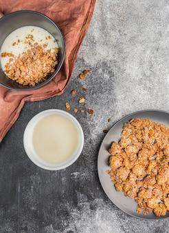 Vista superior de granola con leche orgánica sobre la mesa
