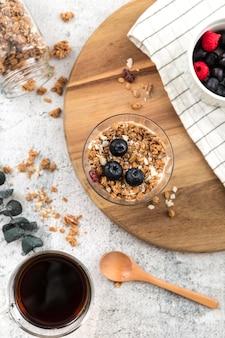 Vista superior de granola orgánica con arándanos