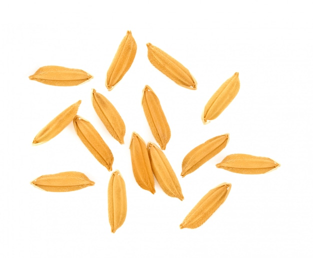 Vista superior de los granos de arroz aislados sobre fondo blanco