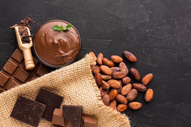 Vista superior de granos de cacao crudos