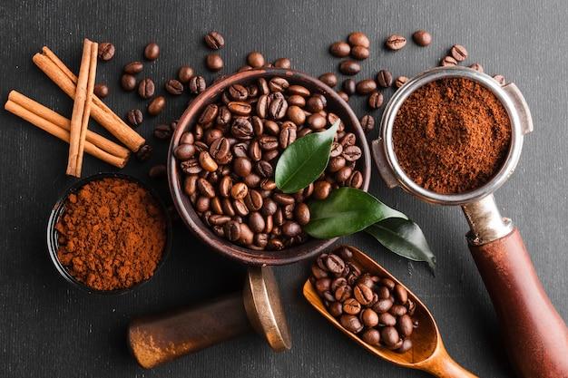 Vista superior de granos de café con accesorios