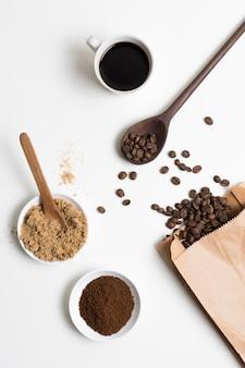 Vista superior de granos de café y polvo