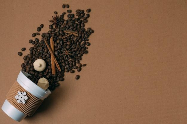 Vista superior de granos de café tostado con espacio de copia