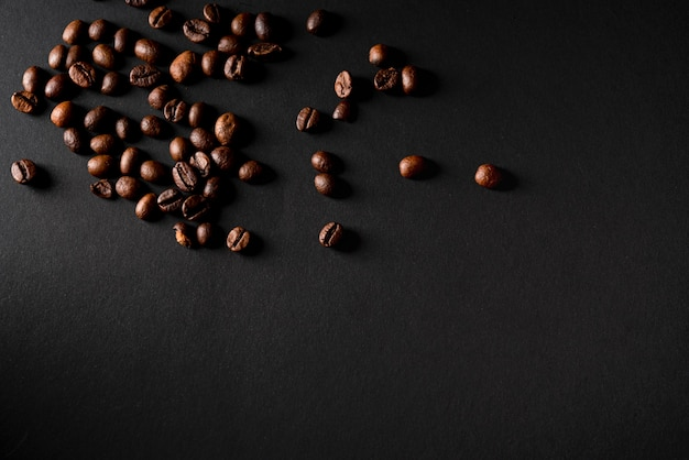 Vista superior de granos de café tostados con fondo negro