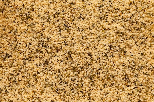 Vista superior de los granos de cáñamo. fondo solido