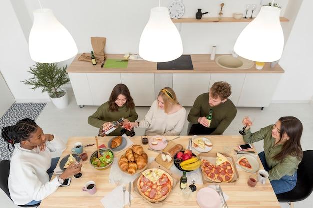 Vista superior grupo de amigos comiendo
