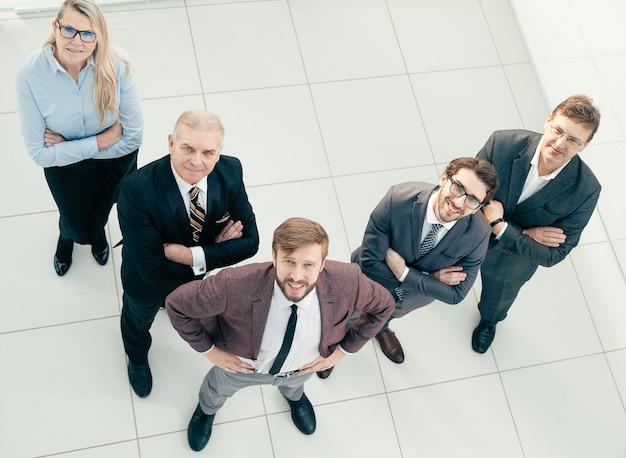 Vista superior. grupo de empresarios exitosos mirando a la cámara