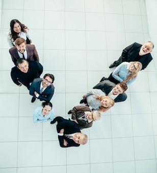 Vista superior del grupo de empresarios sonrientes de pie en una fila