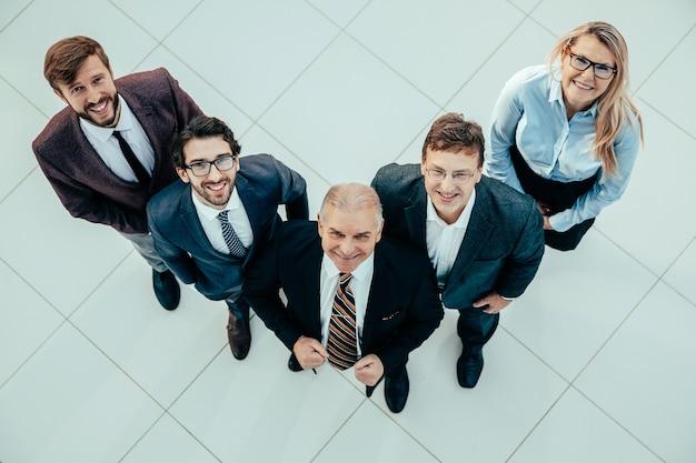 Vista superior. un grupo de gente de negocios feliz mirando a la cámara
