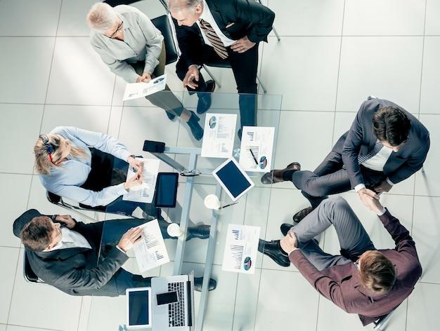 Vista superior. grupo de gente de negocios que trabaja en la oficina. concepto de negocio.