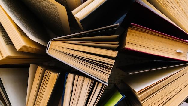 Vista superior grupo de libros desordenado