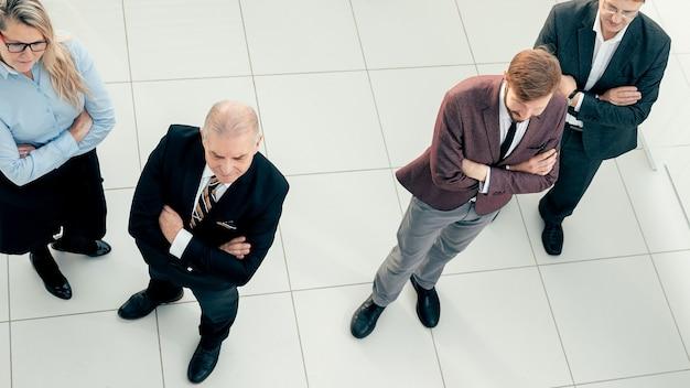 Vista superior de un grupo de profesionales mirando hacia adelante