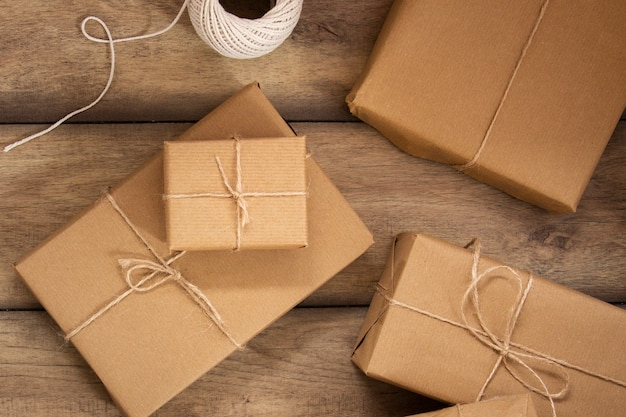 Vista superior del grupo de regalos envueltos
