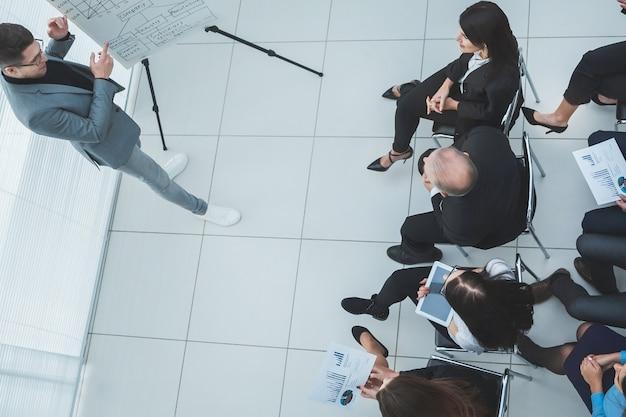 Vista superior. grupo de trabajo discutiendo temas de trabajo en la reunión.
