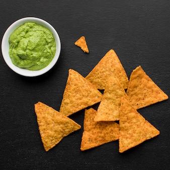 Vista superior guacamole fresco con nachos
