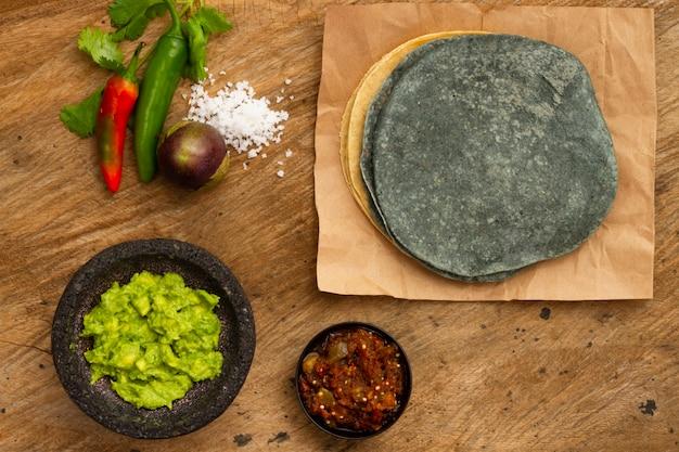 Vista superior de guacamole y salsa para tortilla