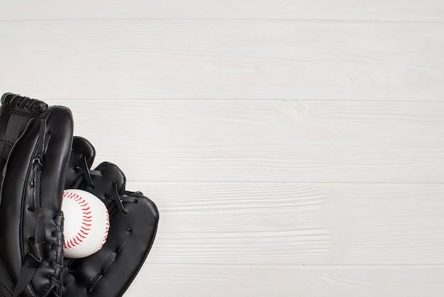 Vista superior del guante con béisbol y espacio de copia