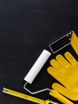 Vista superior guantes de construcción y herramientas de reparación con espacio de copia